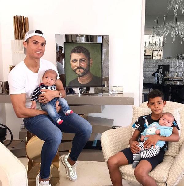 Cristiano Ronaldo e os filhos, Jr., Mateo e Eva (Foto: Reprodução/Instagram)