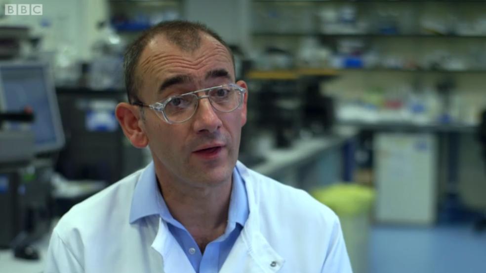 Médicos como Alastair Henry investigaram por anos a doença que afeta Tim (Foto: BBC)