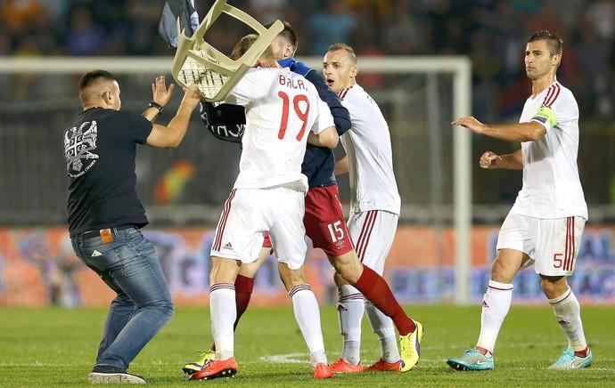 Confusão, Albânia X Servia (Foto: Agência Reuters)