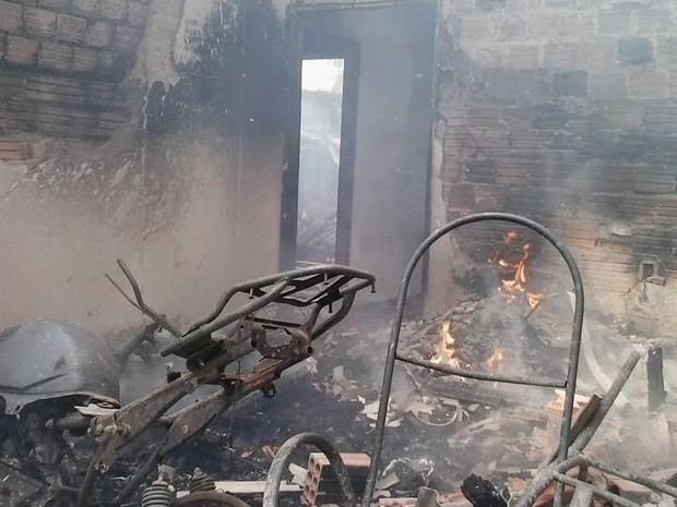 Casa foi incendiada nesta quinta-feira (30), em Rosário (Foto: Carlinhos Cruz/Rosário em Foco)