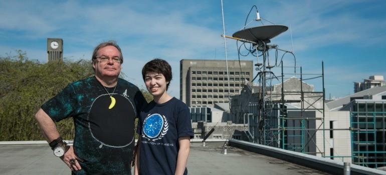 Michelle Kunimoto com Jaymie Matthews, o professor de astronomia da UBC  (Foto: Reprodução/Martin Dee/UBC)