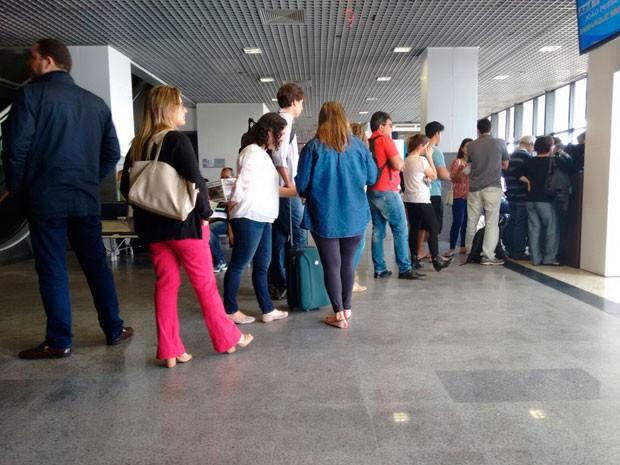 Passageiros formam uma fila grande para remarcar voo em Salvador. (Foto: Maiana Belo/ G1)