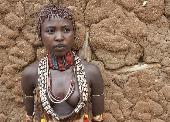 Uma adolescente hamer com seu penteado tradicional e uma gargantilha feita de contas  (Foto: © Haroldo Castro/ÉPOCA)