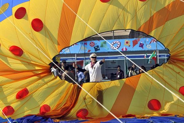 Estrangeiros e italianos participam de festival internaiconal de pipas na Índia. (Foto: Ajit Solanki/AP Photo)