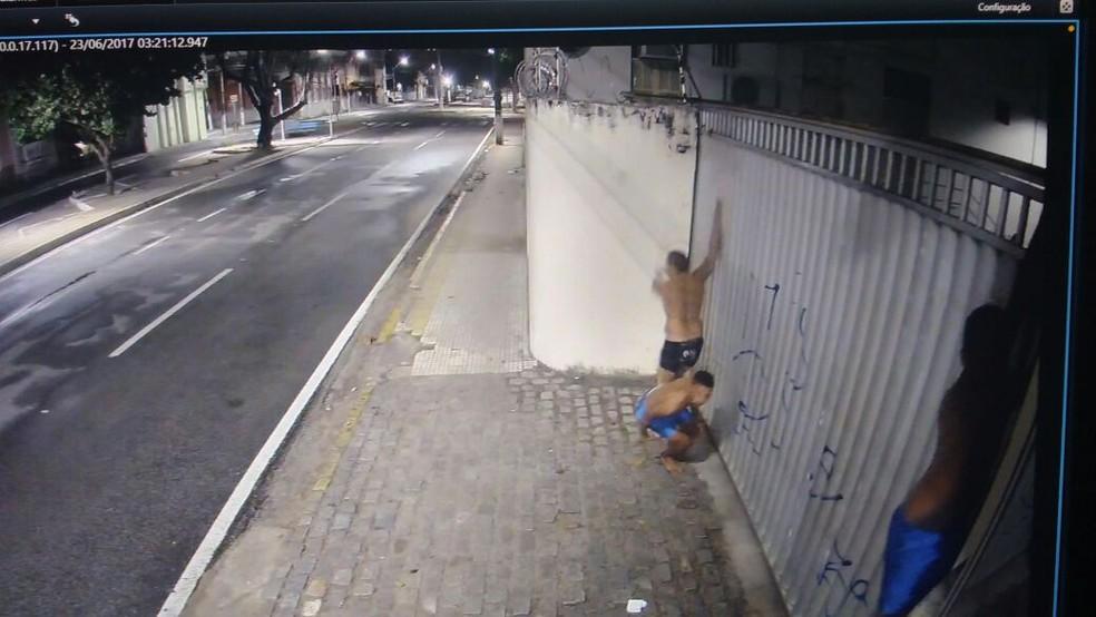 Presos escaparam pulando o muro do Fórum que fica ao lado do CDP  (Foto: Divulgação/Sejuc)