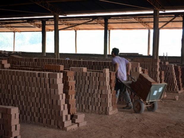 Adolescentes levam carriolas pesadas e ficam em risco em olaria em Piracicaba (Foto: Leon Botão/G1)