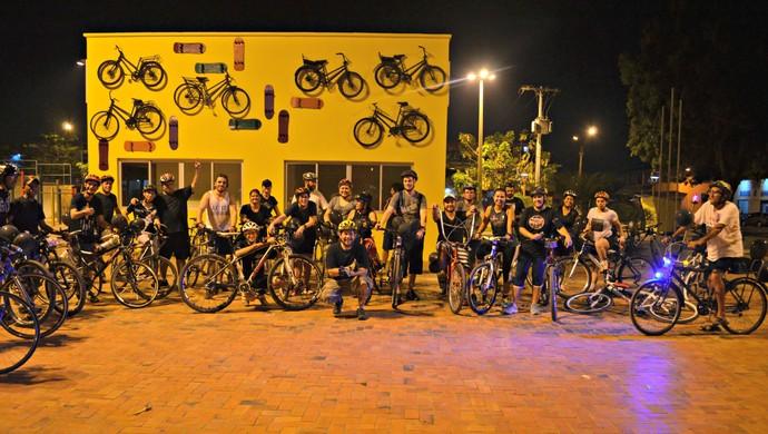 Ciclistas pedalam pelas principais ruas de Rio Branco para alertar sociedade e homenagear ciclistas suecos atropelados (Foto: Aline Nascimento/G1)