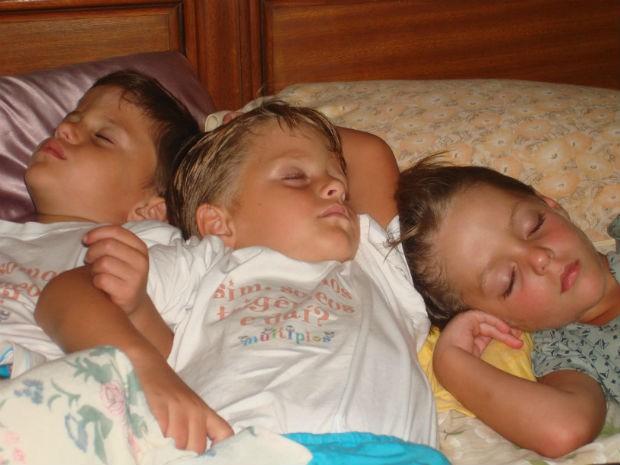 Os trigêmeos Luis, Bernardo e Guilherme, de 10 anos, em São José dos Campos.  (Foto: Arquivo Pessoal/Cintia Toledo)