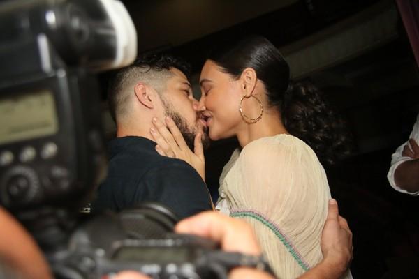 José Loreto e Débora Nascimento trocam carinhos em teatro