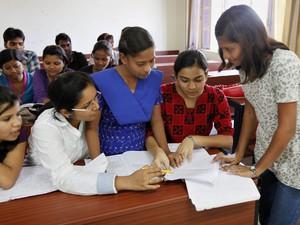 Sushma Verma com as colegas do curso de microbiologia da universidade de Lucknow, na Índia (Foto: Rajesh Kumar Singh/AP)