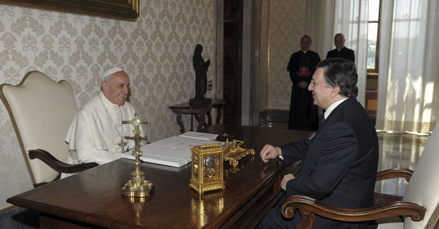 O Papa Francisco e o presidente da Comissão Europeia, Durão Barroso, durante encontro neste sábado (15) no Vaticano (Foto: Reuters)