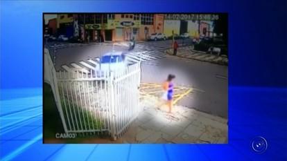 Mulher perde controle do carro e derruba portão de delegacia; vídeo