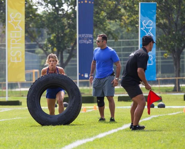 Giovanna Ewbank se esforça para levantar pneu (Foto: Fabiano Battaglin/ Gshow)