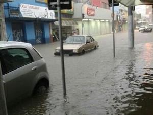 Rua na região central de Pinda ficou alagada (Foto: Vitor Dias/Vanguarda Repórter)
