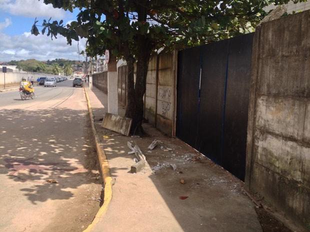 Carro bateu em muro após motorista ser baleado na cabeça (Foto: Kety Marinho/TV Globo)