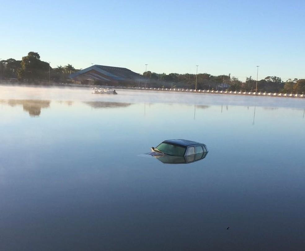 Carro foi visto por pedestres dentro do Lago Veridinha, em Brazlândia (Foto: Lucrécia Almeida/Arquivo Pessoal)