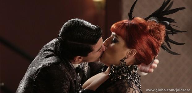 Quanta química! Serene e Arlindinho dão um beijão daqueles (Foto: Fábio Rocha/TV Globo)