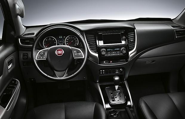 Por dentro, a Fullback se diferencia ainda menos, basicamente pelo volante com logotipo da Fiat (Foto: Divulgação)