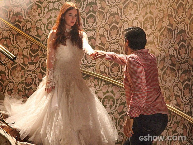 Nicole aparece para Thales na escada da mansão (Foto: Carol Caminha/TV Globo)