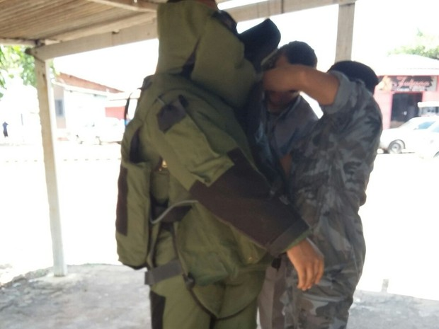 Policial militar se prepara para remover granada (Foto: Divulgação/COE)
