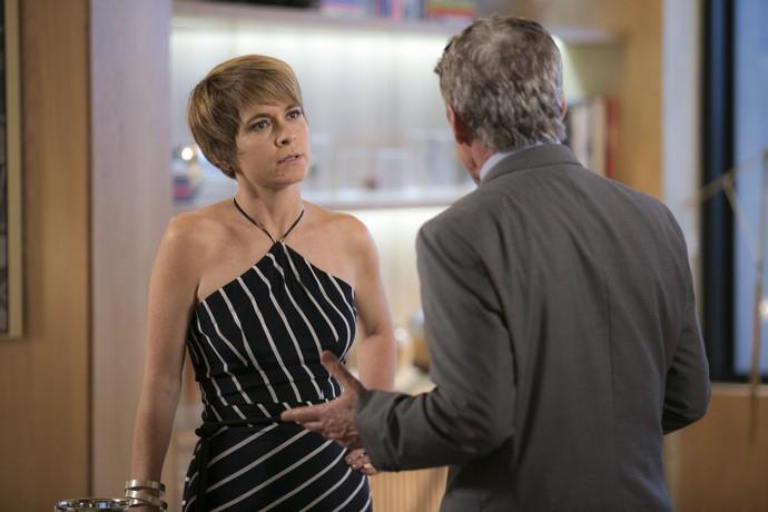 Helô exige o divórcio de Tião depois de desconfiar que ele intoxicou Letícia (Foto: Raphael Dias/Gshow)