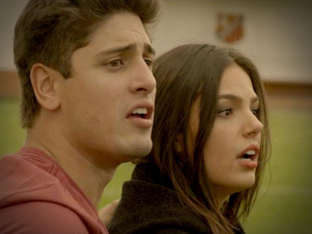 Suelen e Roni se desesperam ao ver a invasão de campo (Foto: Avenida Brasil/TV Globo)