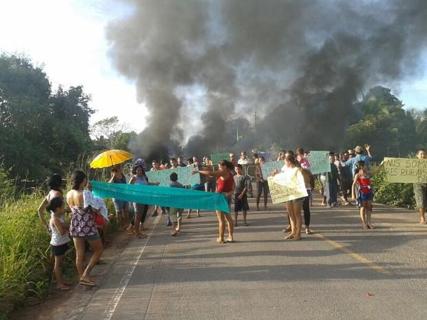 Protesto pede permanência de 10 famílias que receberam ordem de despejo (Foto: Ronilma Santos/TV Tapajós)