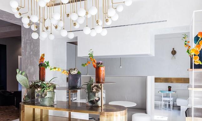Balcão e lustre em latão desenhados pelo arquiteto Bianchi