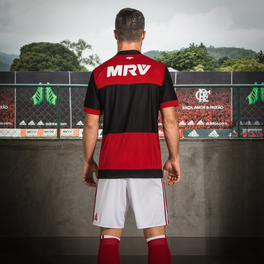Diego também exibiu a parte traseira da nova camisa do Flamengo (Foto: Divulgação)