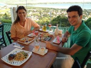 Apresentadores provaram gastronomia da Lagoa da Conceição (Foto: Rafael Costa/RBS TV)