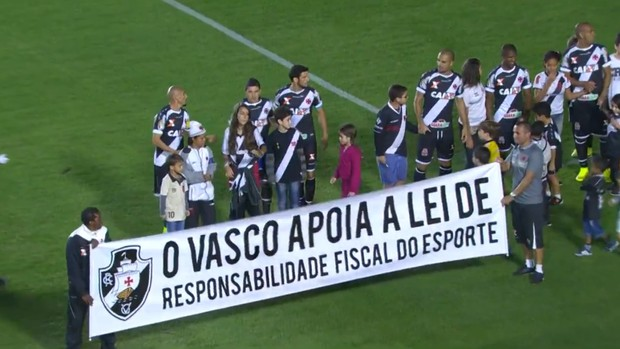 Vasco entra em campo com faixa da Lei de Responsabilidade Fiscal (Foto: Reprodução SporTV)