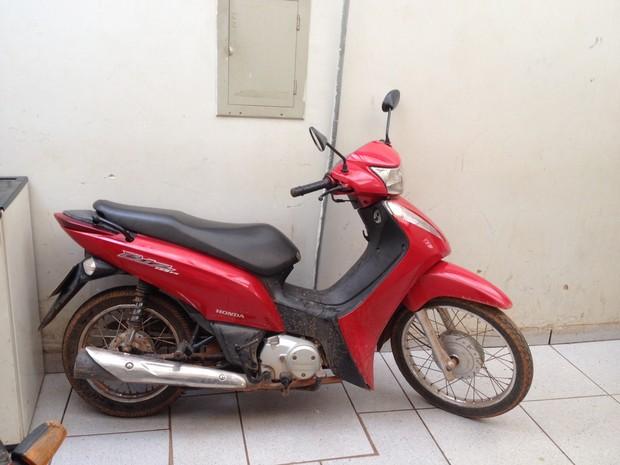 Moto foi encontrada dentro do quintal dos suspeitos, mulher disse que comprou em site de vendas (Foto: Hosana Morais/G1)