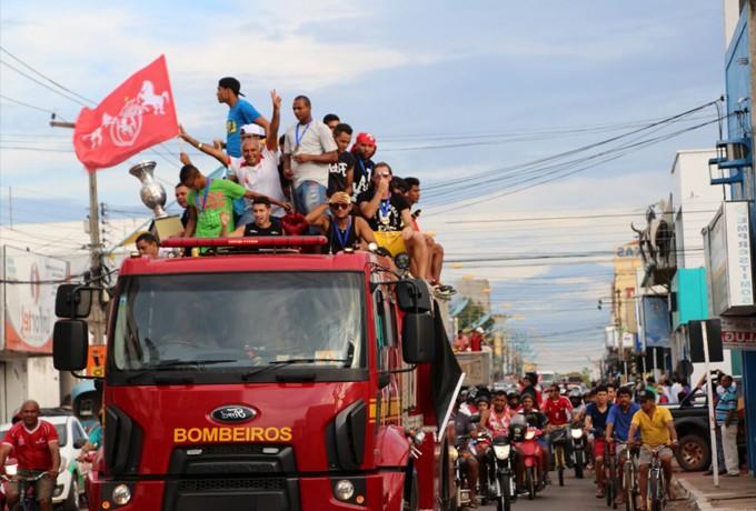 Campeões, jogadores do Imperatriz desfilam em carro aberto (Foto: Kelly LIma / divulgação)
