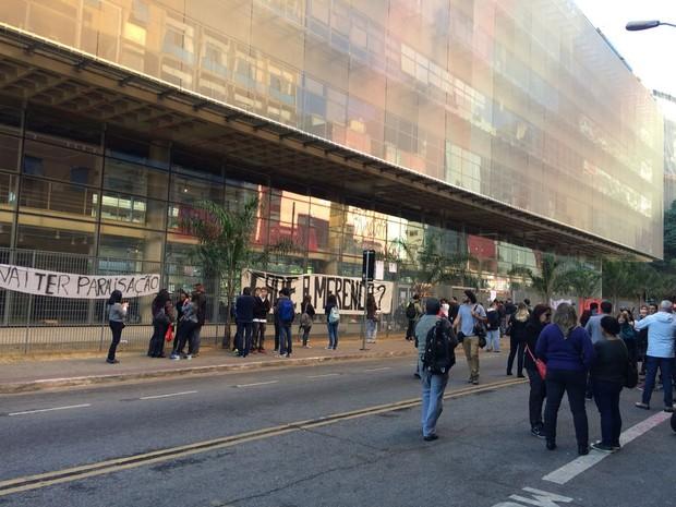 Ruas no entorno do Centro Paula Souza foram bloqueadas nesta segunda (Foto: Vivian Reis/G1)