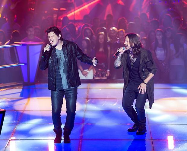 Os dois fazem uma boa apresentação no palco do The Voice Brasil (Foto: Isabella Pinheiro/Gshow)