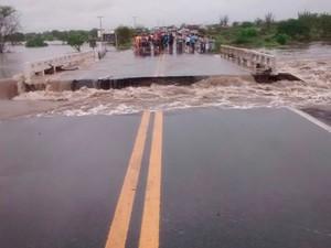 Ponte que dá acesso à cidade, na BR-324, cedeu após as chuvas (Foto: Walfredo Júnior / Prefeitura de Riachão do Jacuípe)