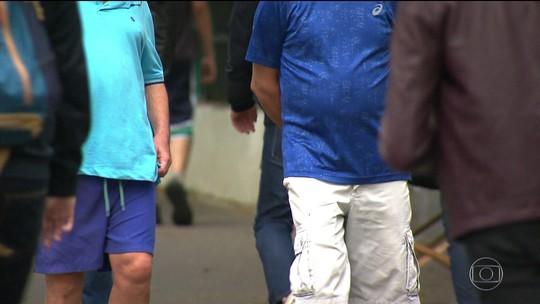 Brasileiro já come mais fruta, verdura e se exercita, mas continua a engordar
