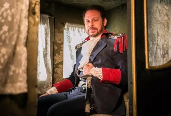Bruce caracterizado como Felício, o marido traído de Domitila em Novo Mundo (Foto: Reprodução/TV Globo)
