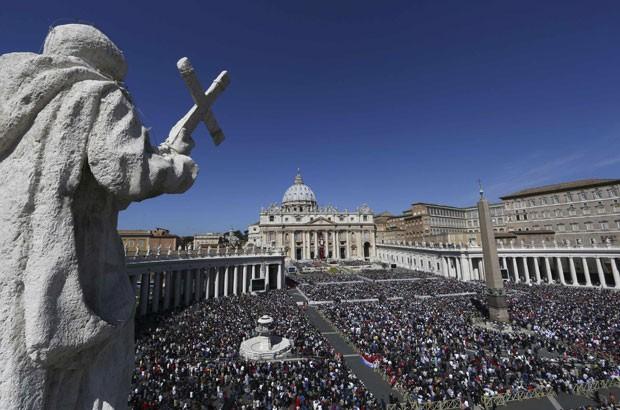 Milhares de fiéis acompanham a Missa de Páscoa na Praça São Pedro, no Vaticano, neste domingo (20) (Foto: Alessandro Bianchi/Reuters)