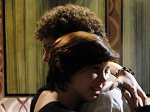 Alexia abraça Gabriel, mas ele não muda de ideia (Foto: Malhação / TV Globo)