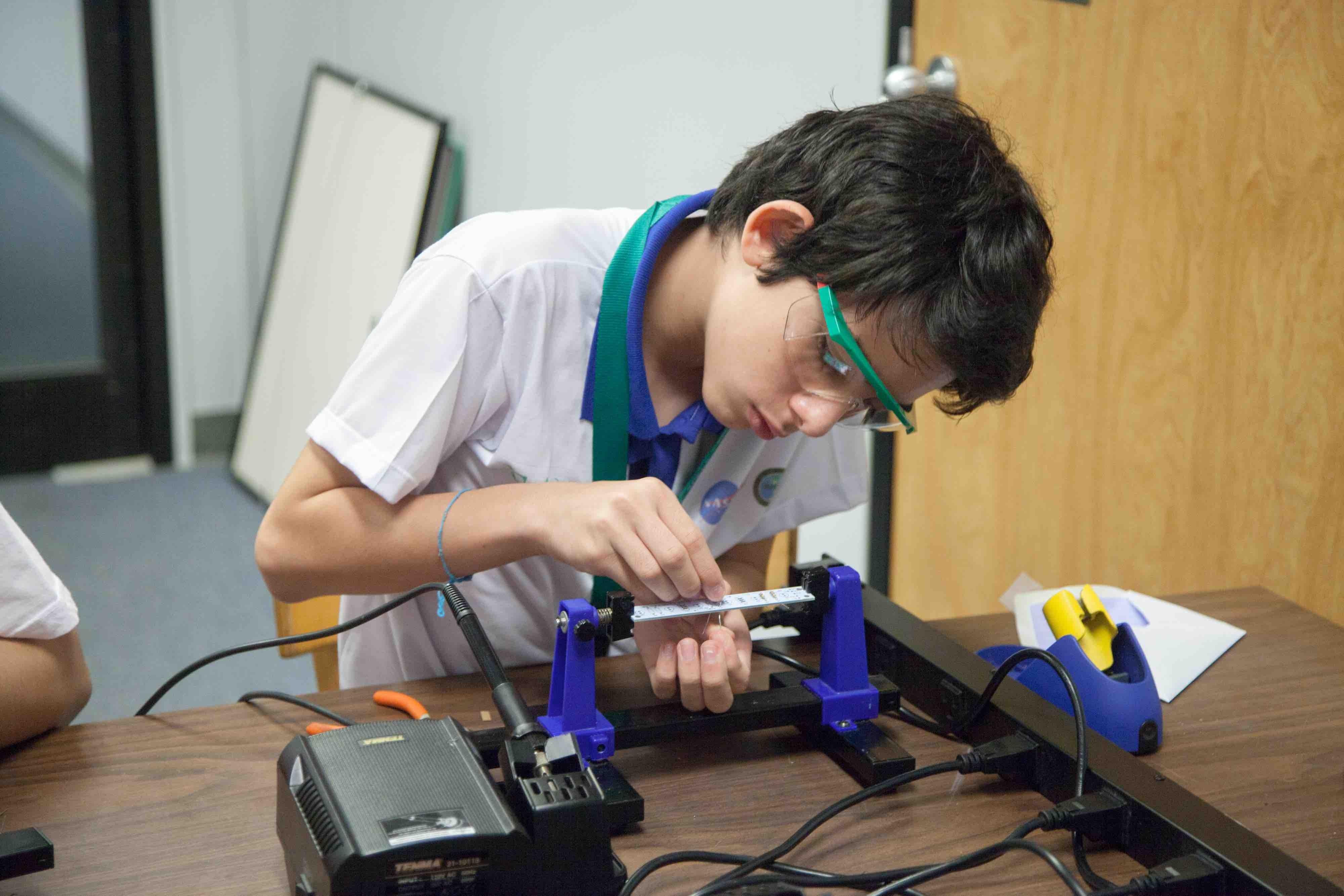 Oliveira durante a aula de robótica (Foto: Divulgação)