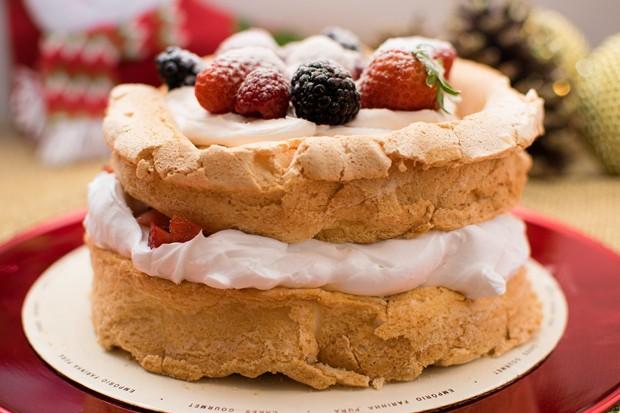 Receita: pavlova com calda de frutas vermelhas (Foto: Divulgação)