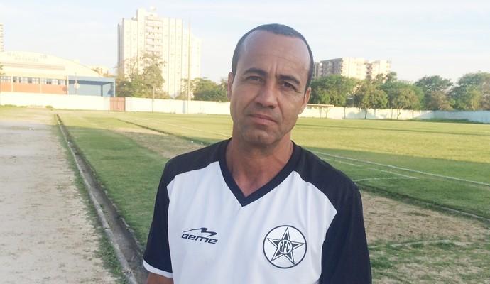 Vem bronca por aí: Aílton Ferraz deixa o campo com cara de poucos amigos (Foto: Vinicius Lima/GloboEsporte.com)