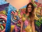 Modelo transexual vai a baile de carnaval com corpo pintado