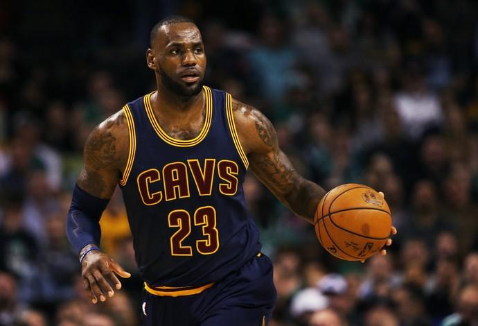 LeBron James, durante a derrota do Cleveland Cavaliers em Boston (Foto: Getty Images)
