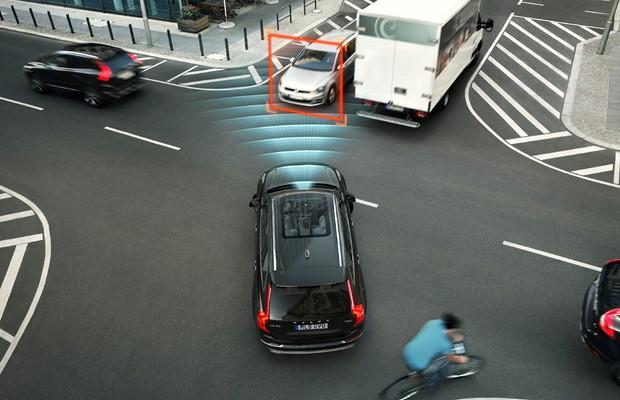 Simulação do sistema do Volvo XC90 que evita colisões em cruzamentos (Foto: Divulgação)