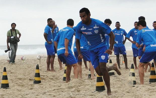 Jogadores do Avaí treinam na praia do Campeche (Foto: Cristhianno Marchiori)