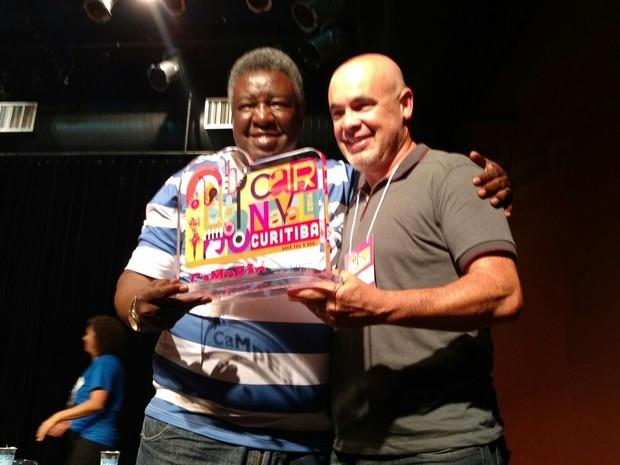 Presidente da comissão do carnaval da Mocidade Jaciel Teixeira recebe o troféu (Foto: Divulgação / Fundação Cultural )