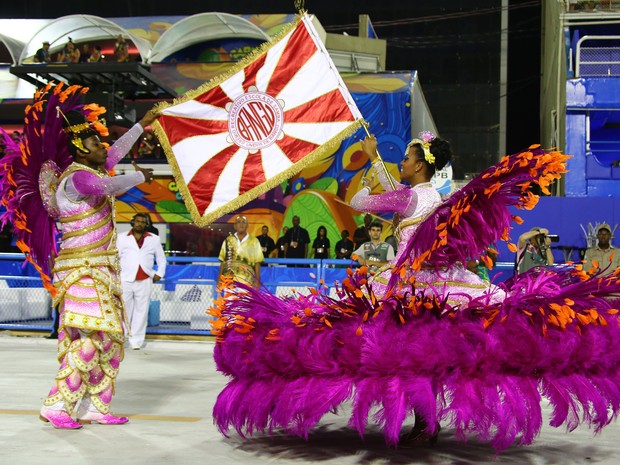 13/02 - O primeiro casal de mestre-sala e porta-bandeira da Unidos de Bangu (Foto: Rodrigo Gorosito/G1)