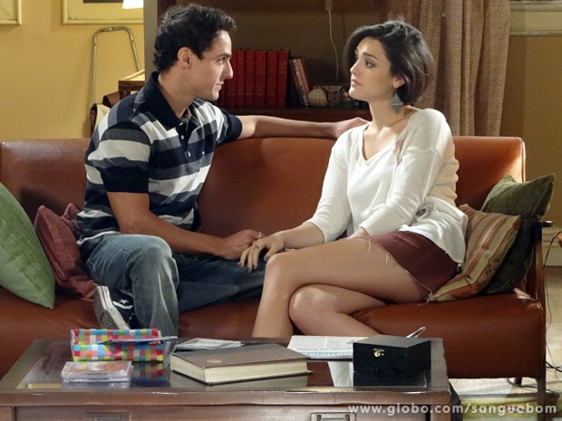 Caio acha que Giane está com ciúmes dele com Camilinha (Foto: Sangue Bom/TV Globo)